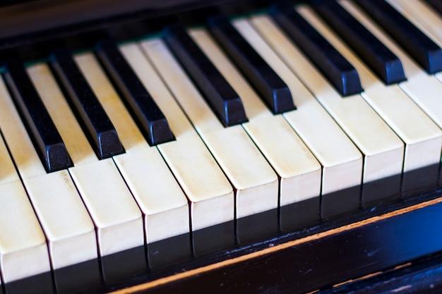 Clavier de piano, touche noir et blanc, gros plan et macro, piano rétro et vintage, instrument de musique