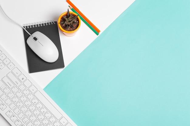 Clavier et souris d'ordinateur sur bloc de couleur