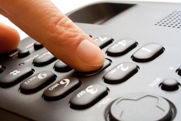 Clavier de téléphone noir avec doigt