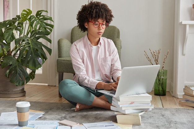 Claviers de femme d'affaires noir sur ordinateur portable, fait du papier de diplôme
