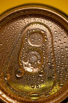 Clé sur une canette de bière en métal froid avec du condensat.