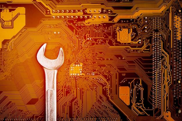 Clé sur la carte de circuit informatique. - concept informatique de maintenance et de sécurité.