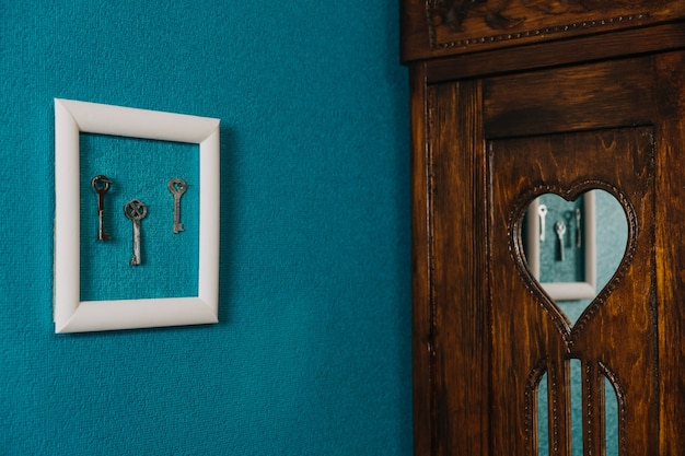 Clé dans le cadre sur fond de mur bleu clé nouvelle maison clés d'accession à la propriété à la maison achat maison