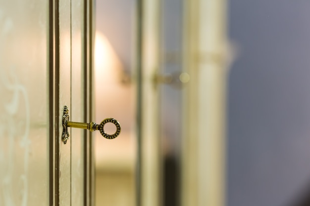 Clé dans la serrure de la porte