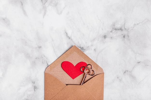 Clé dans la vue de dessus de l'enveloppe du cœur