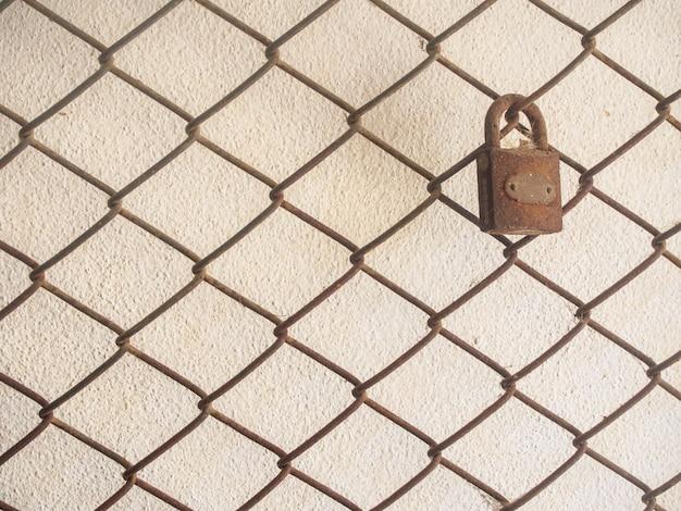 La clé sur la grille de filet sur le mur de ciment