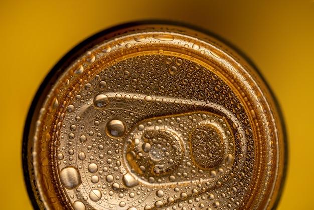 Clé sur le gros plan du pot de bière en métal.