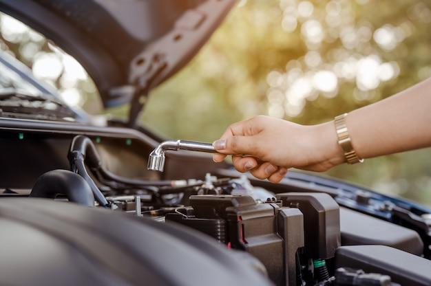 Clé à main en libre-service fixant l'entretien et la réparation des femmes professionnelles des véhicules de voiture