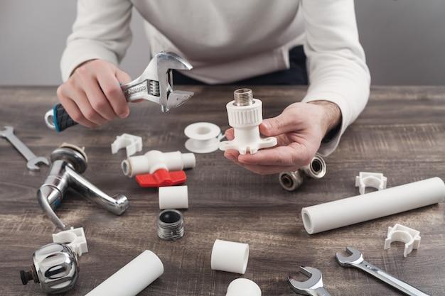 Clé à main de plombier et outils de plomberie.