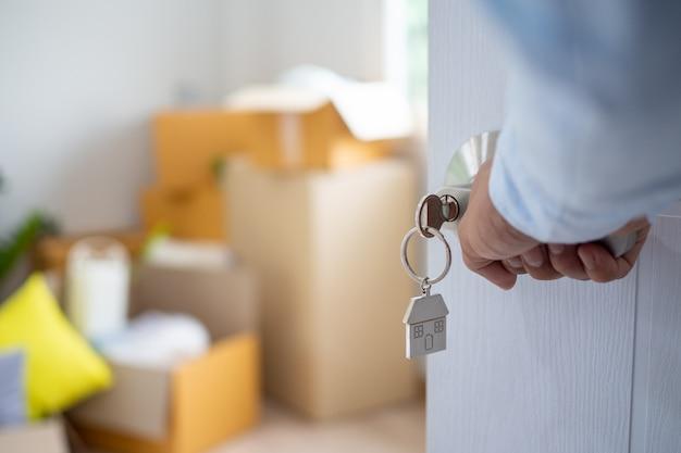 La clé de la maison pour déverrouiller une nouvelle maison est branchée à la porte.