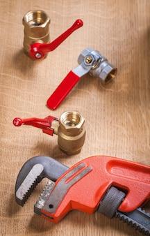 Clé à molette et accessoires de plomberie
