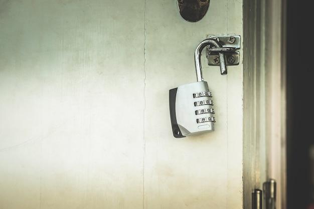 Clé avec des numéros de déverrouillage de porte avec des secrets sombres à l'intérieur.