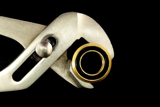 Clé de plombier avec raccord en laiton