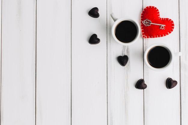 Clé près de coeurs de café et de bonbons