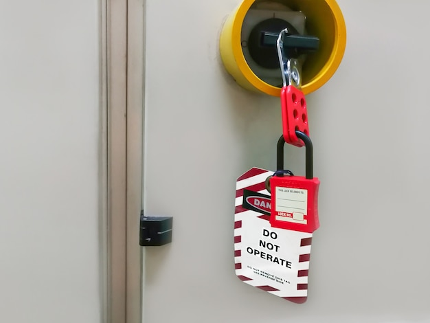 Clé rouge verrouillée et étiquette pour le processus de coupure électrique, le numéro d'étiquettes à bascule pour l'étiquette de déconnexion électrique