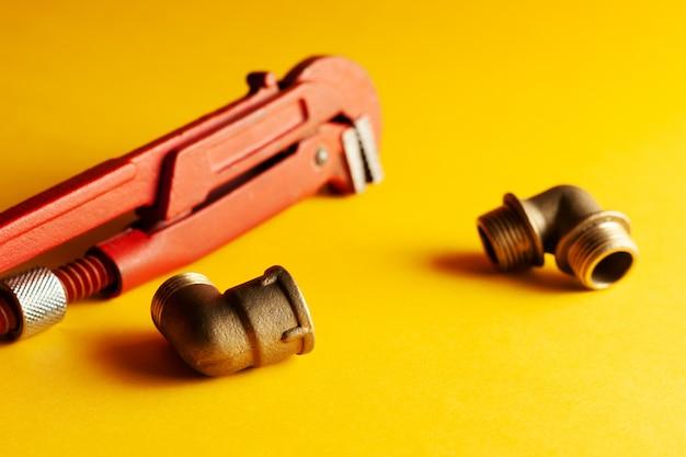 Une clé de singe sur le fond jaune avec quelques connecteurs appropriés. pour le design et la décoration
