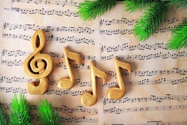 Clé de sol de noël et notes de musique sur fond de papier