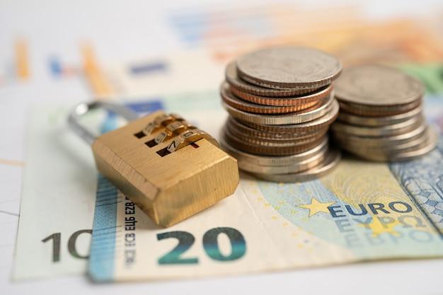 Clé de verrouillage de mot de passe numérique de sécurité dorée et pièces de monnaie avec billet en euros