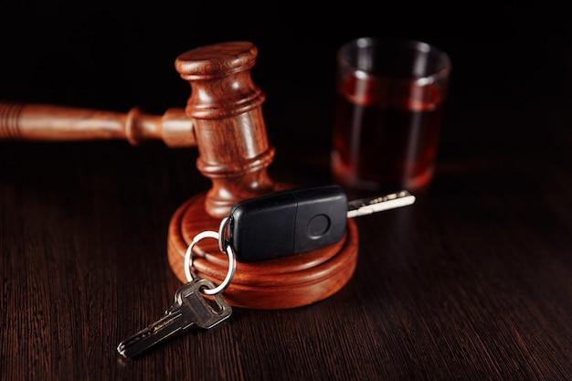Clé de voiture avec juge marteau et verre d'alcool