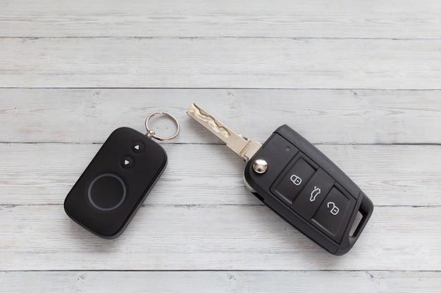 Clé de voiture ouverte avec télécommande sur fond en bois