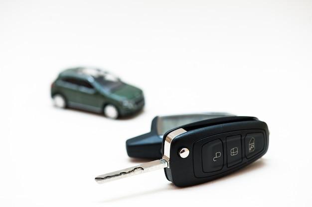 Clé de voiture et petite voiture