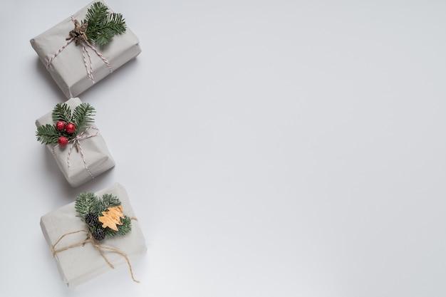 Clean minimal white christmas gifts set avec copyspace