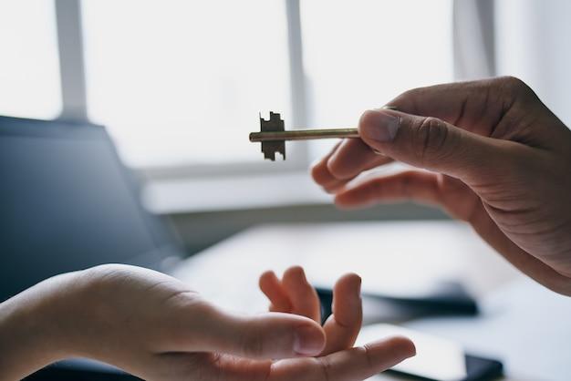 Clés de l'appartement en concluant un accord de vente d'agent immobilier. photo de haute qualité