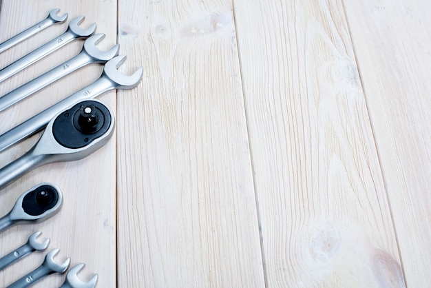 Clés sur un fond en bois blanc de texture.