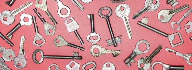 Clés sur fond rose. clés de verrouillage de porte et coffres-forts pour la sécurité des biens et la protection de la maison.