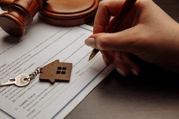 Clés de la maison et argent sur un contrat de vente de maison signé. concentrez-vous sur les clés.