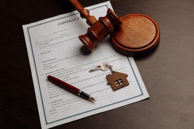 Clés de la maison et argent sur un contrat de vente de maison signé