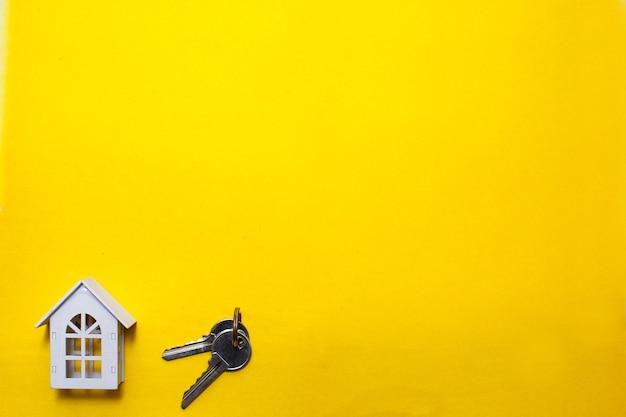 Clés et maison en bois miniature