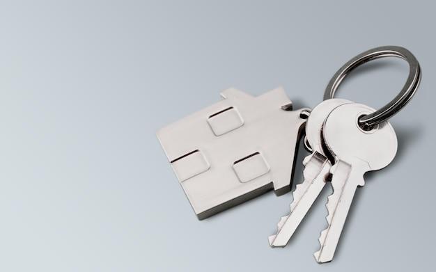 Clés de maison avec figure de maison sur fond