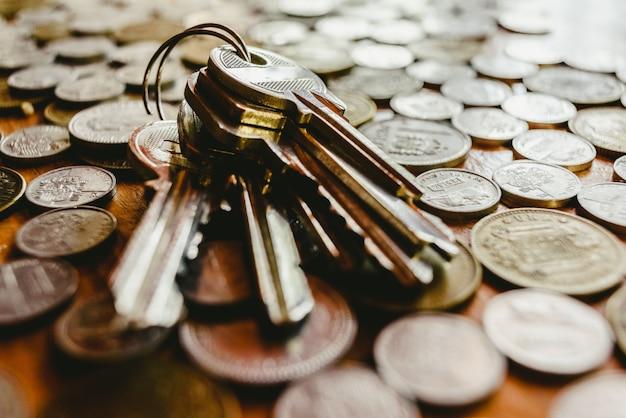 Clés de la maison sur un tas de pièces de monnaie espagnoles désaffectées
