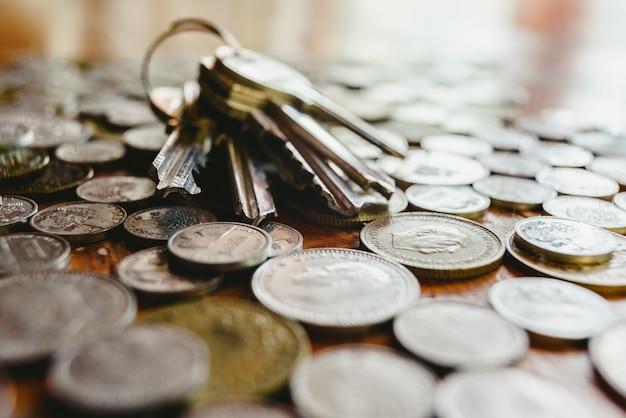 Clés de la maison sur un tas de vieilles pièces espagnoles