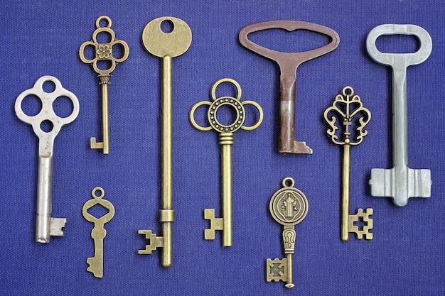 Clés métalliques de différentes serrures