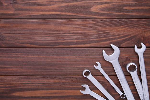 Clés mixtes à réparer en bois brun