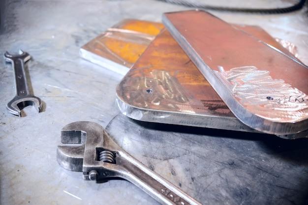 Clés à molette réglables et ouvertes. plaque métallique en acier empilée.