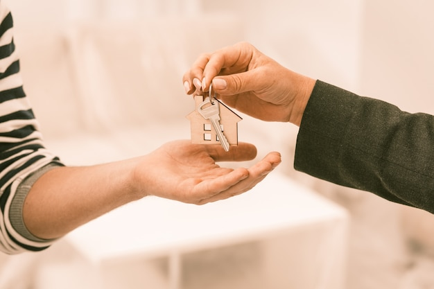 Clés d'une nouvelle maison remises au propriétaire