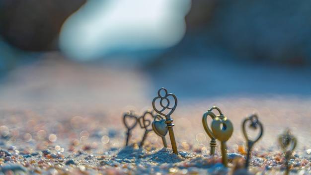 Clés sur la plage de sable