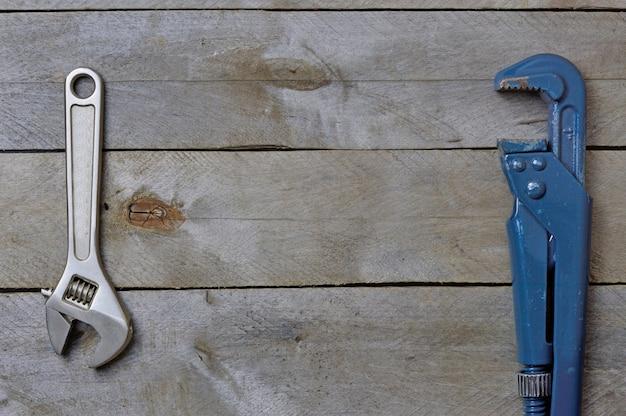 Clés de plomberie flatlay sur un fond en bois. copyspace