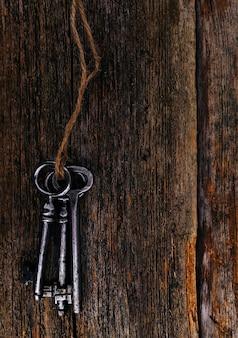Clés rustiques sur table en bois
