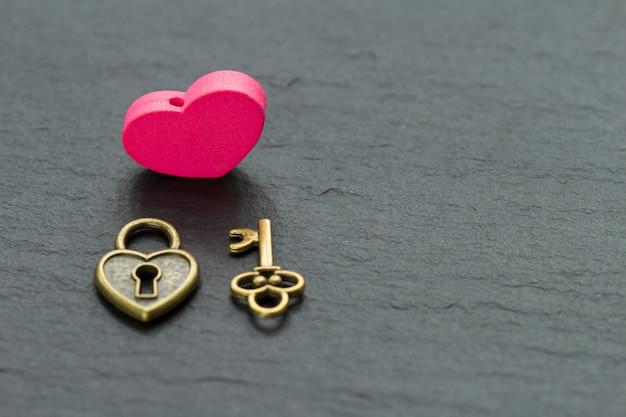 Clés de saint-valentin et coeur de cadenas