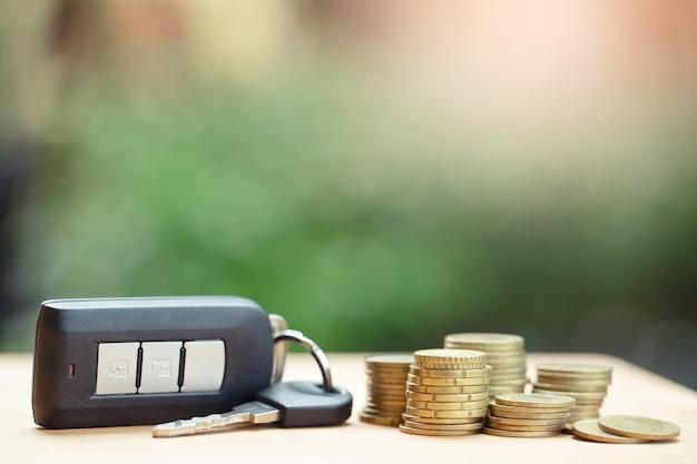 Clés de voiture avec de l'argent, les banques prêtent des prêts à faible taux d'intérêt