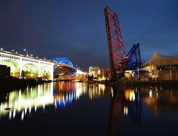 Cleveland ohio usa pont en arc d'acier rivière