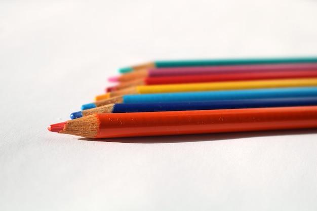 Cliché rapproché de crayons de couleur sur fond blanc