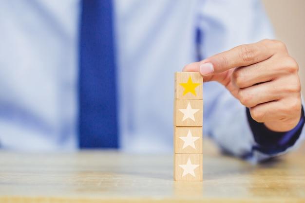 Client appuyant sur étoile sur cube de bois