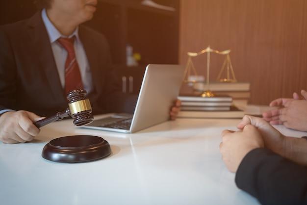 Le client et l'avocat doivent s'asseoir face à face pour discuter des options juridiques disponibles