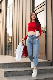 Client en chemise rouge vue basse