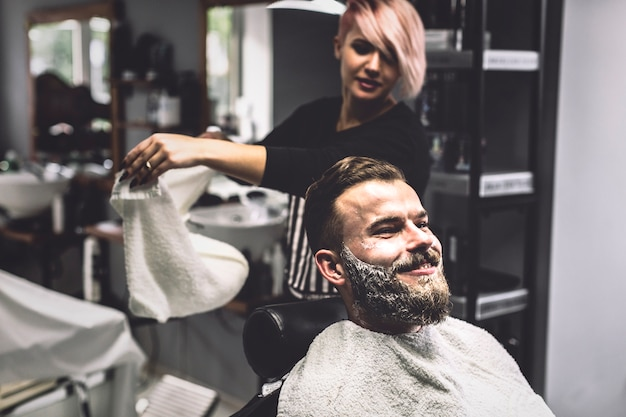 Client et coiffeur dans la boutique
